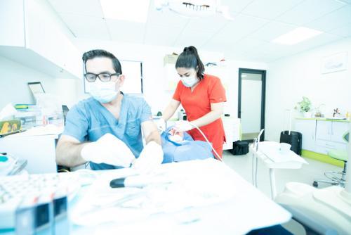 dr-jose-moguel-working-dental-implants-in-cdmx